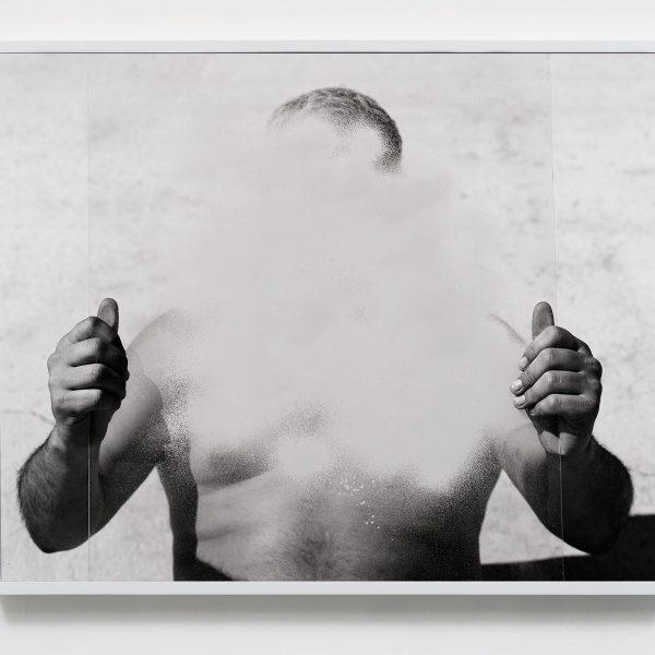 عکاسی مستقر در شهر لسآنجلس است که در آثار خود توجه ویژهای به طبیعت و بدن انسان دارد.