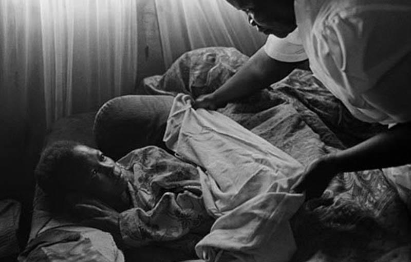 2-مراقبت پرستاری از یک بیمار ایدز. 2000، آفریقای جنوبی، جیمز نچوی
