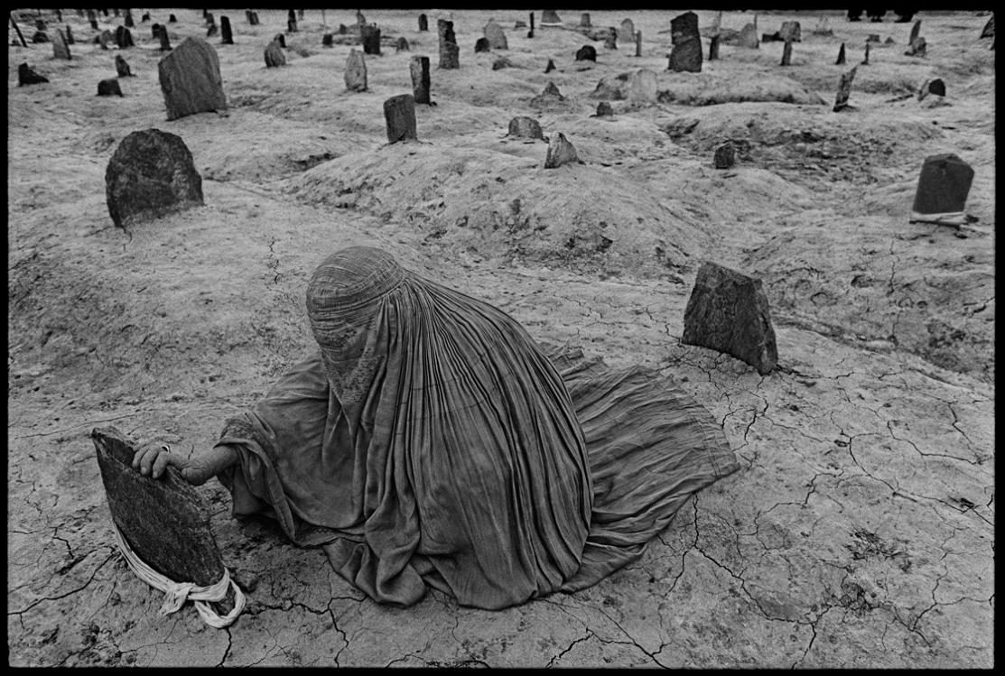 4-سوگواری زنی بر گور برادرش که توسط راکت ظالبان کشته شده. 1996، افغانستان، جیمز نچوی