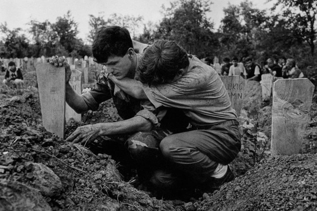 6-سوگواری بر گور سربازی که توسط صرب ها کشته و در زمین فوتبال دفن شده. 1993، بوسنی، جیمز نچوی