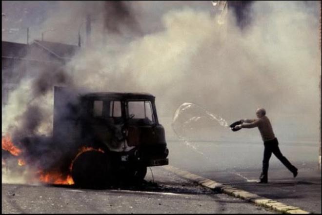 7-کامیونی که توسط معترضان در زمان اعتصاب غذای بابی ساندز آتش زده شد. 1981، ایرلند شمالی، جیمز نچوی