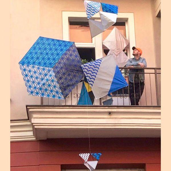 هنرمند رائول والچ با کار خود در یک بالکن در برلین