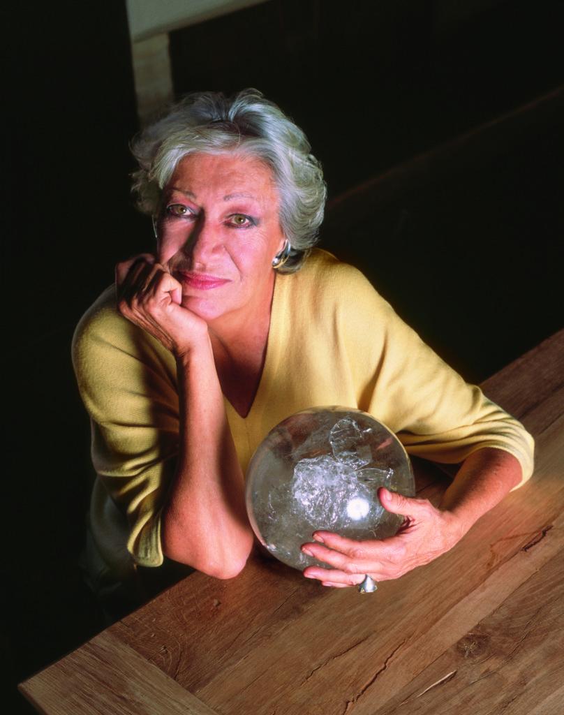 عکس Elsa Peretti که پنجاه سال پیش اولین بار از این موتیف استفاده کرده است